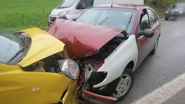 Smyk na mokré silnici a náraz. Dva zranění.