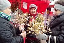 Jmelí má být darované, a tak si ho Anežka Svobodová, Naďa Vorlová a Ludmila Jandová, návštěvnice sobotních adventních trhů v Hořicích, hned po koupi vyměnily.