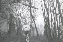 Karel Hlaváč při seběhu od křížku na Bradech (438 m n.m.).