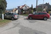 Střet dvou automobilů na křižovatce v Nové Pace.