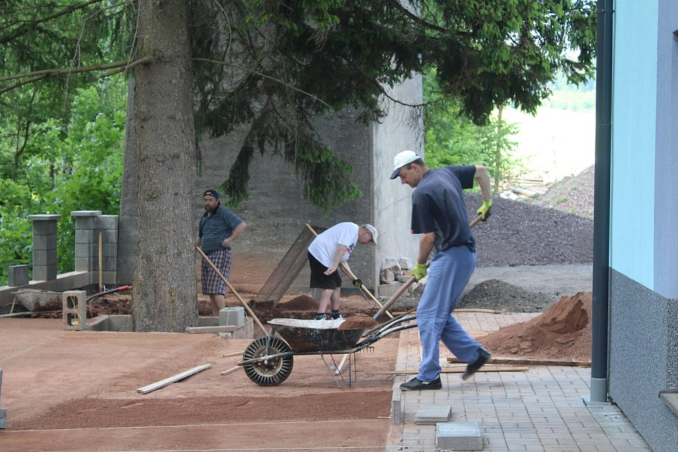V hotovém Domečku pod viaduktem se obyvatelé podílí na zvelebování zahrady.
