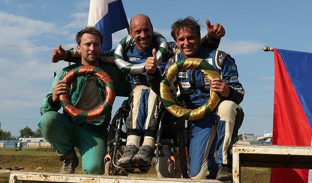 Takhle pózoval Václav Fejfar po vyhraném závodě vMaďarsku.