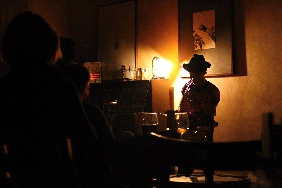 Vesmírné dobrodružství a muzika. Páteční večer se v kavárně jičínské Valdštejnské lodžii nesl v režii Jakuba Čermáka.