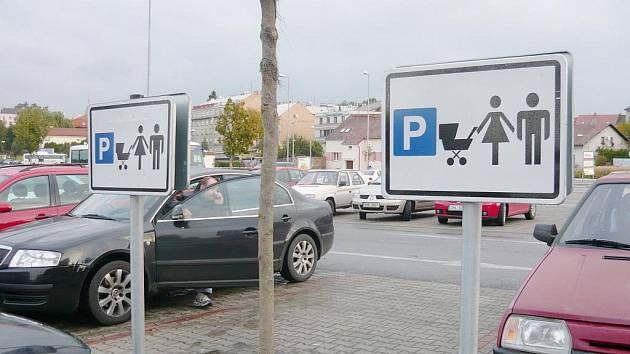 Dopravní značení u jičínského obchodního domu.