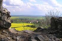 Pohled z vrchu Veliše na obec Veliš přes řepková pole.