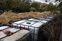Zásadním vodítkem, které naznačovalo přítomnost zdraví ohrožujících látek, byl způsob skladování. Kontejnery byly umístěny v zadní části zahrady za roubeným domkem a překryty slámou, znepokojivé bylo i info uvedené na štítcích ((bezp. značky, UN kódy).
