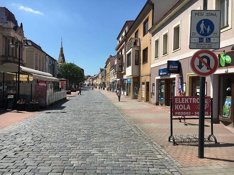 Pěší zóna v Husově ulici.