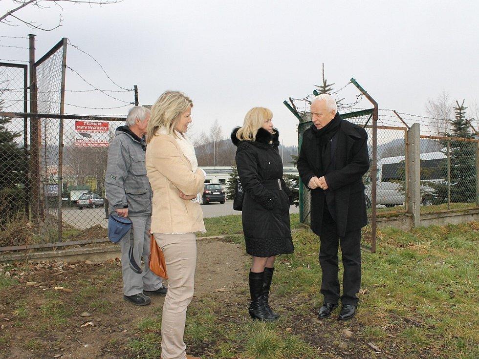 MARIAN PIASECKI stojí s delegací Střední školy zahradnické Kopidlno na místě, které budou za dva roky brázdit parní vláčky.