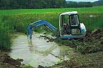 Budování mokřadu.