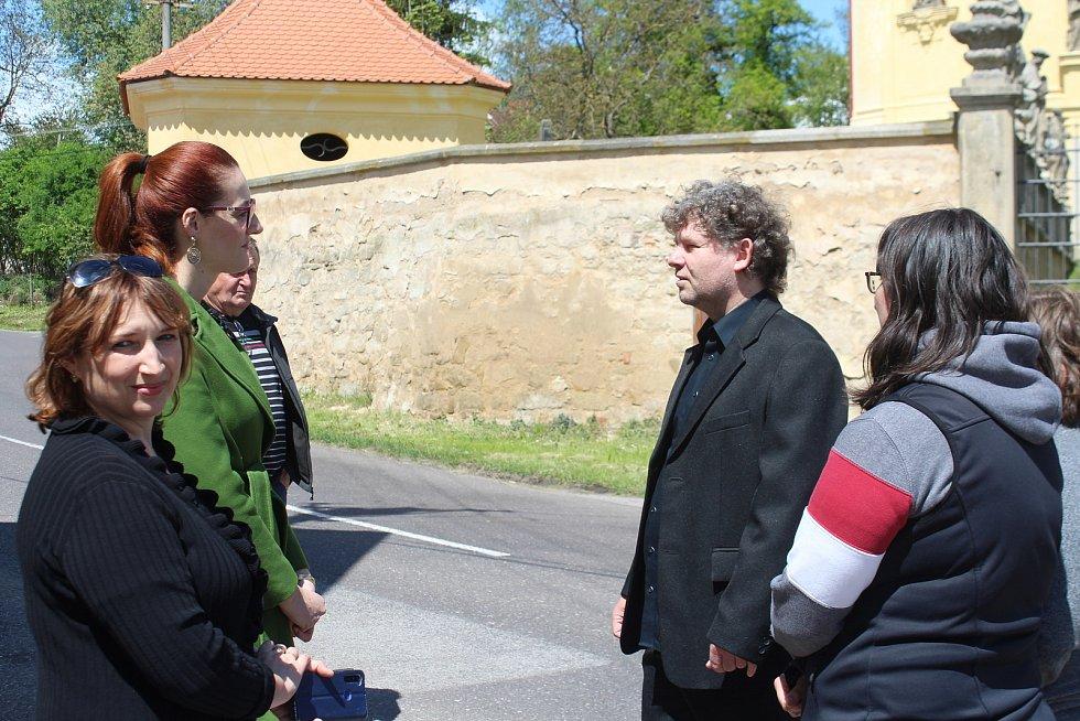 Návštěva si spolu s představiteli města prohlédla významná místa ve Veliši.