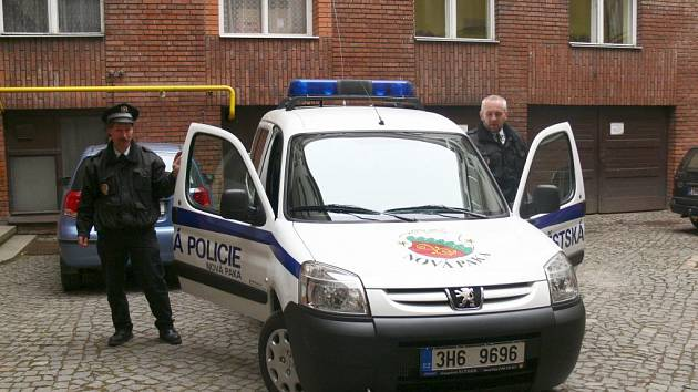 Nové auto novopackých městských policistů.