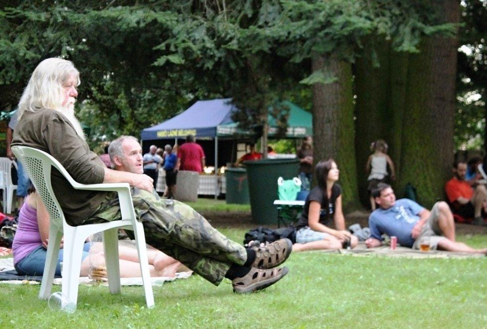 Zasloužilí trampové i rodiny s dětmi se v sobotu vydali na tradiční jednodenní festival Pod Hůrou, který se konal v místním zámeckém parku.