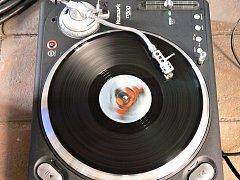 Gramofon přehrávající LP desku.