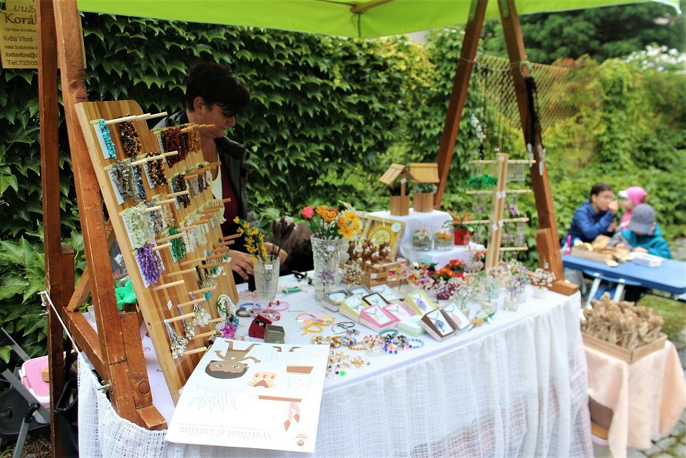 V knihovní Zahradě poznání si postavily své stánky nejrůznější jičínské organizace. Mezi nimi například jičínská Hvězdárna, organizace Apropo, která pracuje s lidmi s hendikepem, nebo Sons, která podporuje lidi s poruchami zraku.