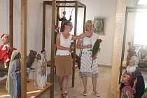 Z vernisáže výstavy loutek v Suchardově domě.