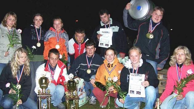 SPOLEČNÝ SNÍMEK dvou nejúspěšnějších celků z nedávné soutěže Velká cena nočního Podůlší, muži Jinolic a ženy Vitíněvsi.