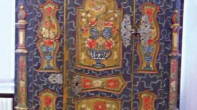Malovaná skříň z novopackého muzea.
