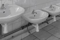 Malá umyvadla v budově ZŠ Komenského zhotovil svépomocí ředitel se školníkem. Pro přípravnou třídu tam budou i malé pisoáry a sprcha, jak žádají odlišné předpisy pro mateřskou školu.