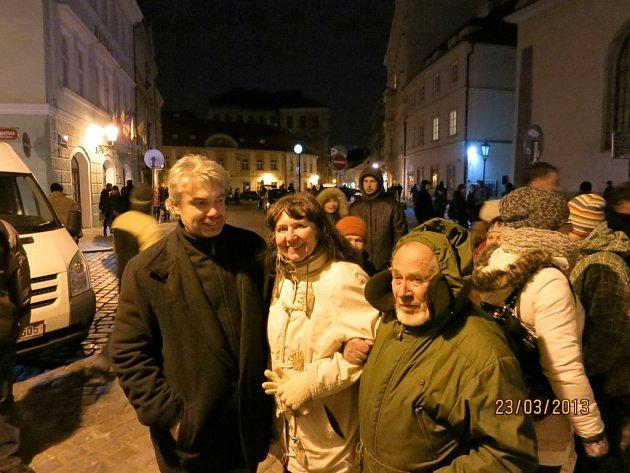 Miroslav Vobořil (vlevo) s režisérkou projektu Betlémská odysea Zdeňkou Čechovou, vpravo výtvarník Luboš Zvičina Dvořák.
