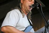 Kytarista VSNT Bandu Vojta Dresler.