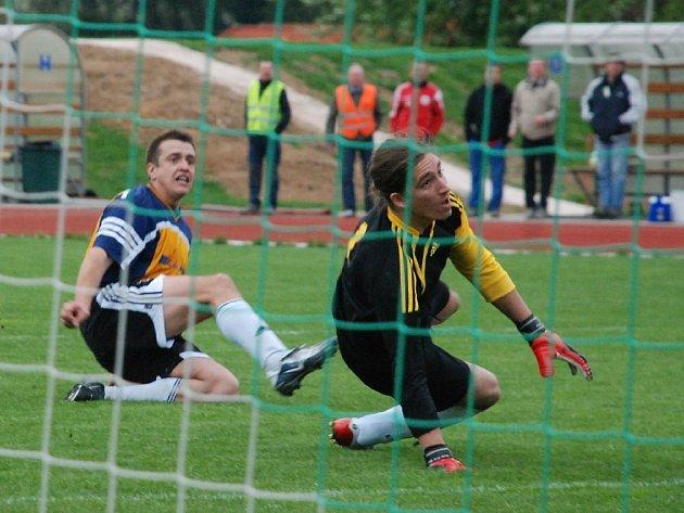 Ondra Štěrba v utkání se Slovanem Broumov - společně s brankářem hostí sledují napínání sítě.