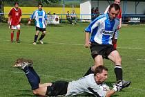 Valdický brankář Martin Baran odebírá míč libuňského útočníkovi Zdeňku Přikrylovi-
