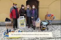 Dary z charitativní sbírky z hořického zámku na podporu pěstounských rodin byly předány.