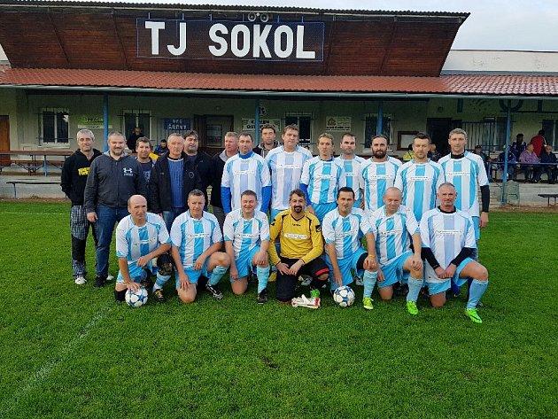 SUVERÉNNÍ vítěz tohoto ročníku fotbalové nereligy, Chomutice.