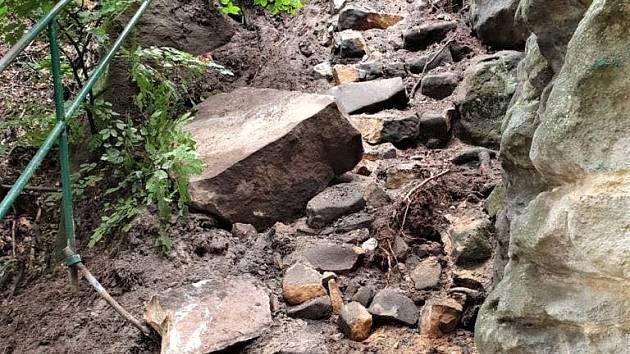 Silný déšť v červnu uvolnil asi tři tuny kamene.