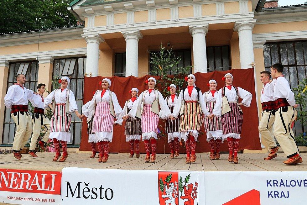 Až do neděle v Lázních Bělohradě potrvá Mezinárodní festival písní a tanců pod Zvičinou.
