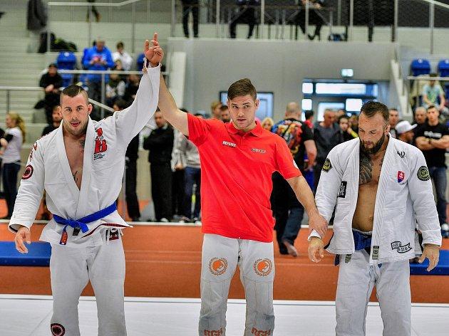 Jičínský Michal Popelák se zdviženou rukou po výhře nad svým soupeřem.