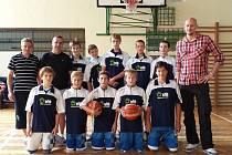 Novopačtí žáci po vítězném utkání v České Lípě na společné fotografii s Lubošem Bartoněm.