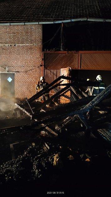 Na místě zasahovalo pět jednotek hasičů.
