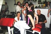 SHYBY na bradlech nahrazovaly půvabné dívky na dvou lavicích.