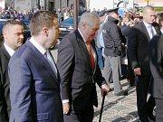 Miloš Zeman před krajským úřadem.
