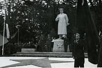 Stalinův pomník stál u lipové aleje jen osm let.