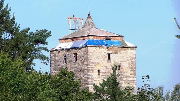 Střecha věže hradu Kost v opravě.