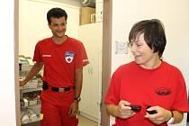 ZÁCHRANÁŘI DANA DOLÁKOVÁ  a Vladimír Jiřiště se po kontrole materiálu ve skladu  připravují k výjezdu.