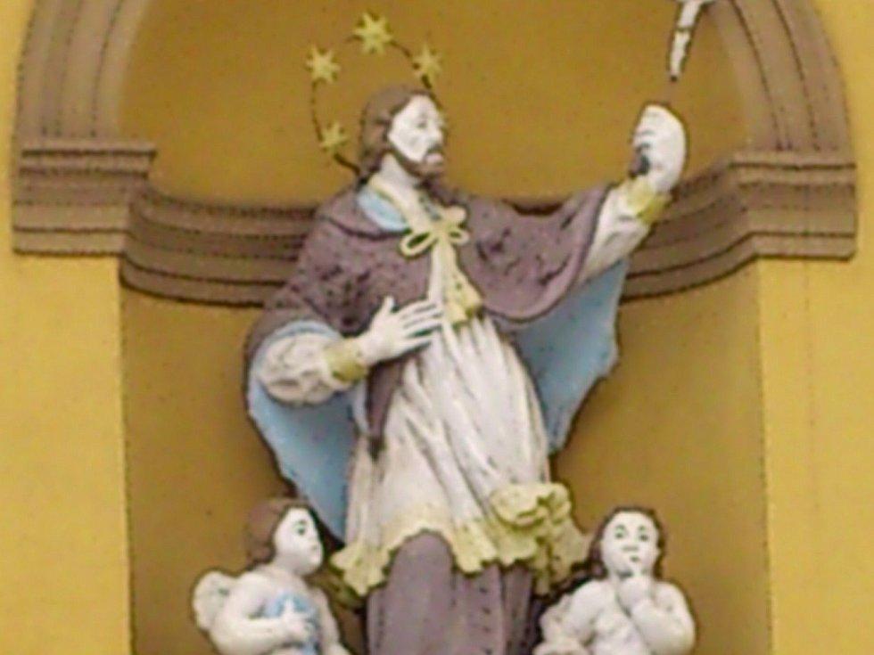 Socha sv. Jana Nepomuckého v Nové Pace.