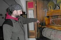 Kastelán Jan Murdych na hradě Pecka u orchestrionu.