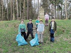 Členové přírodovědného kroužku uklízeli les.