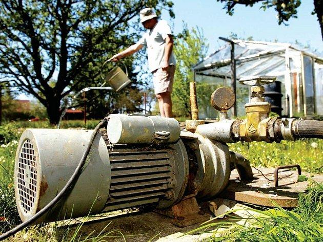 Dlouhotrvající sucho trápí také zahrádkáře.