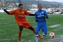 Novopacký středopolař Jakub Urbanec (vlevo) v souboji o míč s hráčem libereckého Slovanu.