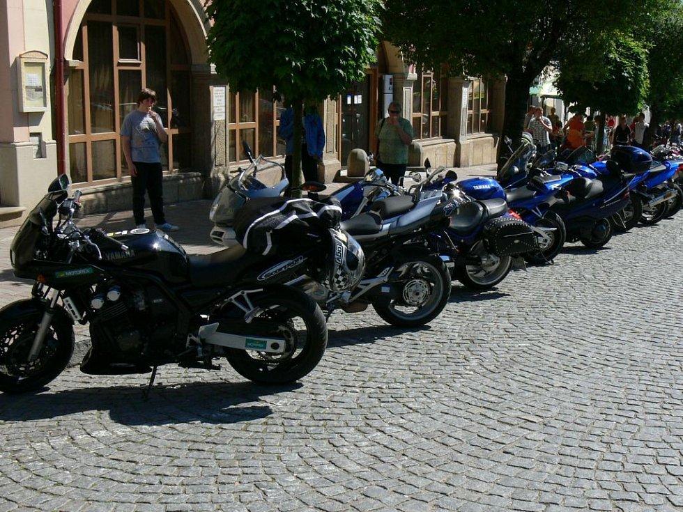 Všude po městě - samé motorky.