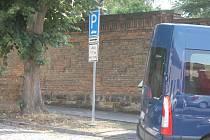 Omezení parkování u jičínské MŠ ve Fügnerově ulici.