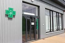 Vjezd i nová vrátnice už jsou dlouho v provozu, lékárna ale otevře až zítra.