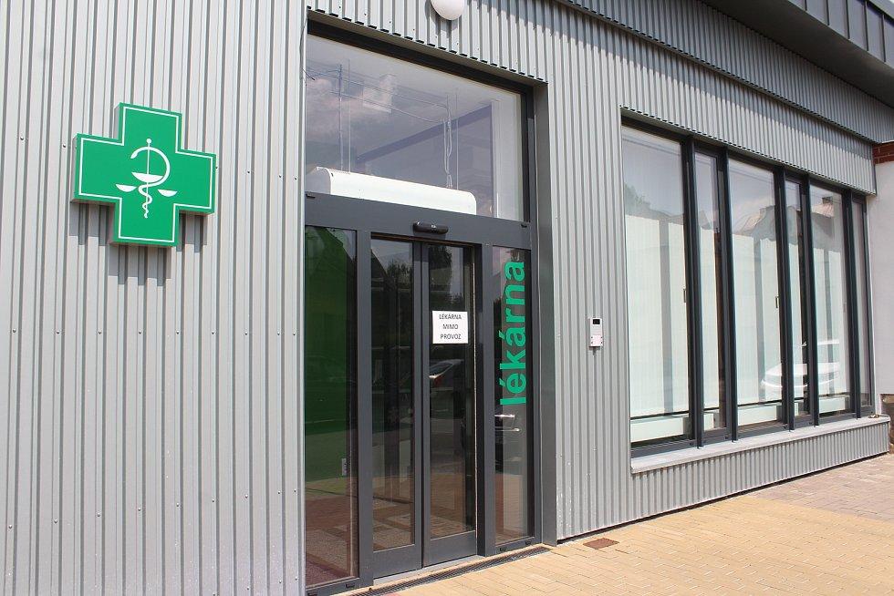 Vjezd i nová vrátnice už jsou dlouho v provozu, lékárna ale otevře až za několik týdnů.