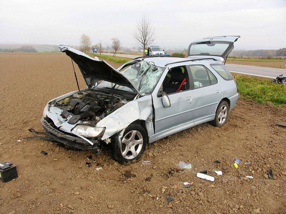V pondělí jela sedmadvacetiletá řidička se svým několikaměsíčním synem osobním autem Peugeot 306 ve směru od Kopidlna na Jičín. Na přímém úseku přejela, zřejmě vlivem nepřiměřené rychlosti jízdy, do protisměru, kde následně vjela mimo vozovku do pole.