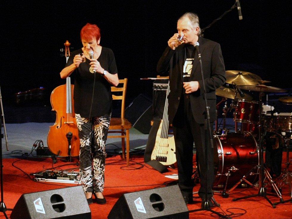 Hořické JazzNights 2013: přípitek s autorem festivalu.