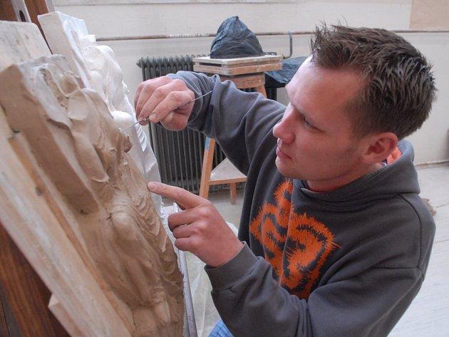 Bývalý student Ladislav Stach při jednotlivé maturitní zkoušce na hořické kamenické škole.
